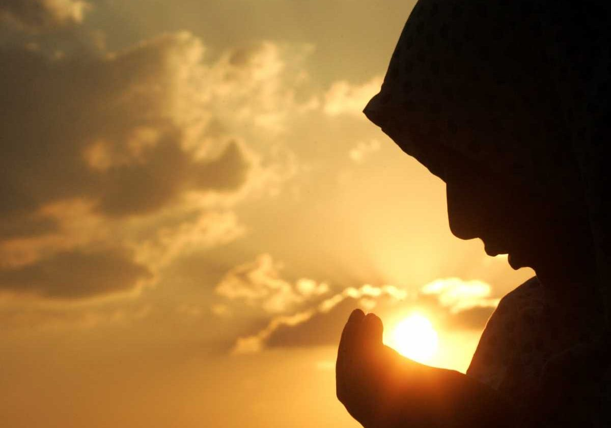 muslim woman making dua